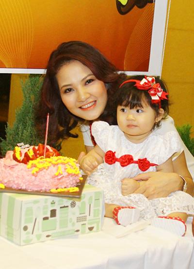 Lễ thôi nôi ấm cúng của con gái HH Trần Thị Quỳnh 7