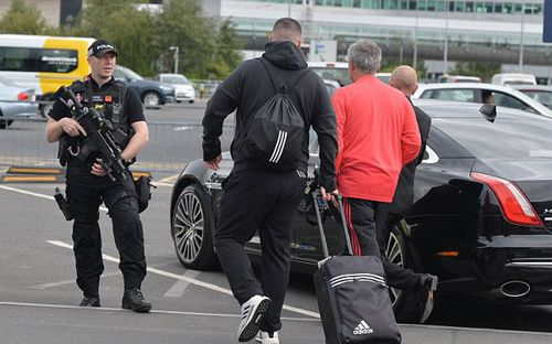 Mourinho được cảnh sát vũ trang hộ tống khi trở lại Manchester