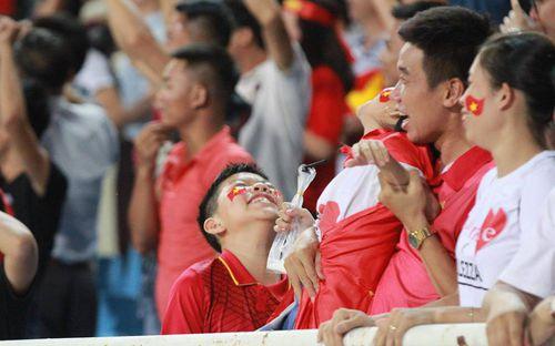 Cậu bé cười tít mắt sau khoảnh khắc Công Phượng lập siêu phẩm vào lưới U23 Palestine