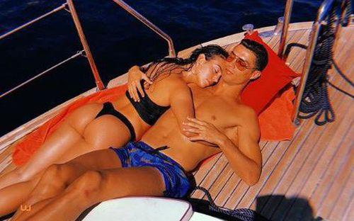 Georgina khoe trọn vòng 3 nóng bỏng khi ôm Ronaldo trên du thuyền