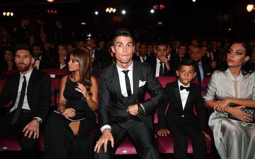 """Ronald vuốt tóc, nhìn vào gương: """"Messi không thể nào đẹp trai bằng tôi được"""""""