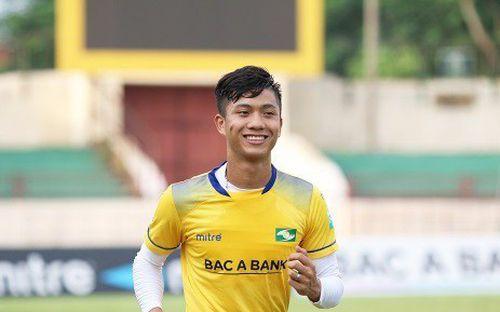 Phan Văn Đức cười tươi trên sân tập, tự tin kịp hồi phục dự AFF Cup 2018