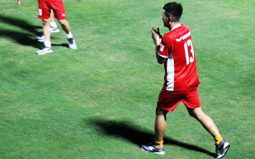 Đức Chinh chạy trốn, Đình Trọng và Minh Vương bị HLV Park Hang-seo lột giày vì không mang tất đúng chuẩn