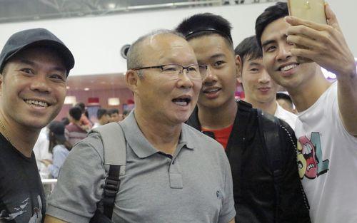 Thầy Park đáng yêu khi chụp ảnh cùng fan, Đức Chinh làm nhiếp ảnh gia ngày tuyển Việt Nam lên đường tập huấn