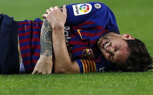 Messi gãy tay rùng rợn sau pha tiếp đất lỗi, băng bó ngay trên sân