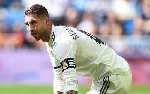 Đội trưởng Real Madrid cáu bẳn, liên tục sút bóng vào người đàn em để trả thù