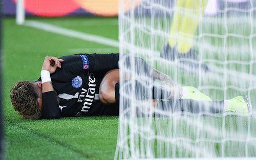 Cầu thủ đắt giá nhất thế giới mất oan bàn thắng vì bị đồng đội đạp vào mắt cá
