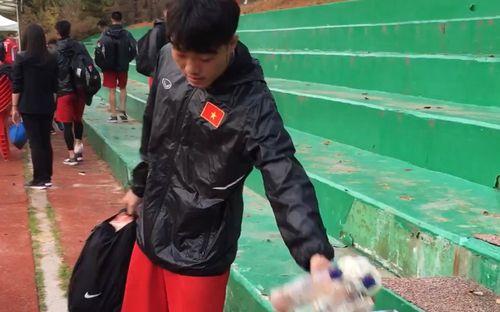 Xuân Trường và Văn Toàn nán lại dọn rác sau trận thắng FC Seoul