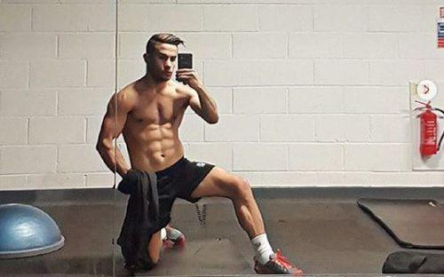 Cơ bụng 8 múi, bắp đùi đồ sộ, sút phạt điêu luyện, fan cuồng Ronaldo xây dựng hình ảnh không khác gì thần tượng