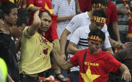 CĐV Malaysia hành hung CĐV Việt Nam và những scandal nhức nhối trong lịch sử AFF Cup