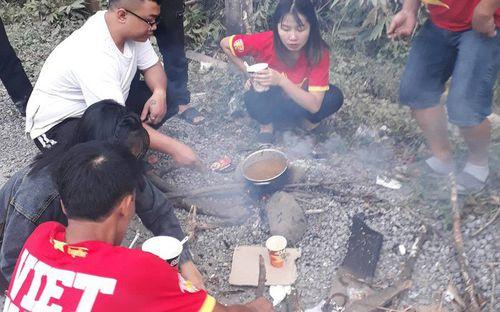 CĐV Việt Nam sang Lào cổ vũ bằng đường bộ: Cả thôn rủ nhau lên đường, hỏng xe và những bếp ăn dã chiến