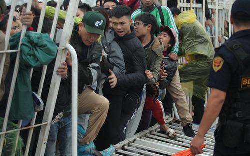 Cập nhật: Fan mua vé AFF Cup đẩy đổ hàng rào sân Mỹ Đình