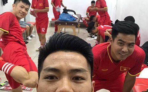 Người hâm mộ được quay về thanh xuân khi thế hệ đội tuyển Việt Nam 2008 hội ngộ, tặng bánh cho HLV Calisto