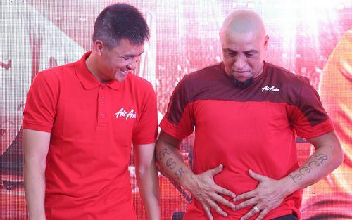 Đọ bụng mỡ với Công Vinh, huyền thoại Roberto Carlos khiến fan Việt Nam cười