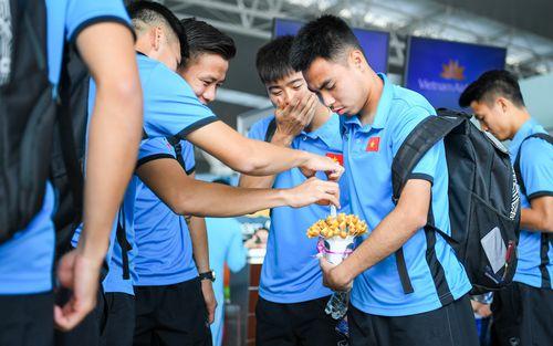 Tuyển thủ Việt Nam tranh nhau ăn bánh gấu của