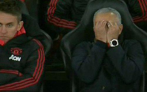 Mourinho: Cầu thủ MU là người chứ có phải chó điên đâu mà đuổi bóng mãi được?