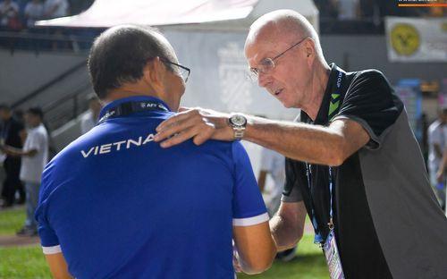 HLV Philippines vỗ vai thán phục đồng nghiệp Park Hang-seo sau trận thua Việt Nam