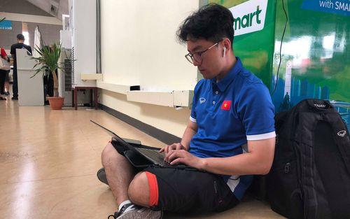 Không ngủ quên sau trận thắng Philippines, trợ lý Hàn Quốc điển trai của tuyển Việt Nam ngồi bệt ngay tại sân bay phân tích đối thủ