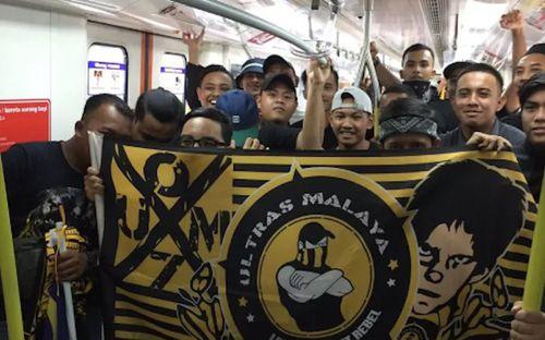 Cổ động viên Malaysia đi xe bus trong 24 tiếng để cổ vũ đội nhà tại bán kết AFF Cup 2018