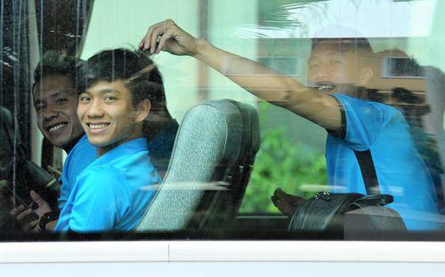 Văn Đức bị nắm tóc trêu chọc trước giờ lên đường sang Malaysia