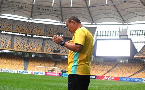 Thầy Park cầu nguyện trong lòng