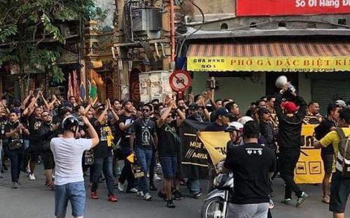 Ultras Malaysia diễu hành khuấy động phố cổ Hà Nội