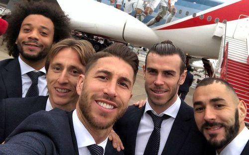 Dàn trai đẹp Real Madrid lịch lãm, bảnh bao như tài tử Hollywood đáp chuyên cơ dự cúp vô địch thế giới
