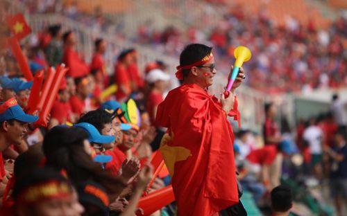 Tuyển thủ Việt Nam đầu tiên phàn nàn về âm thanh của kèn vuvuzela