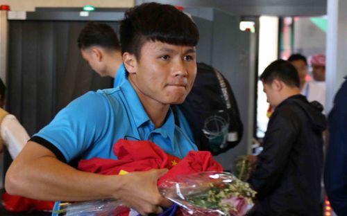 Tuyển Việt Nam nhận những bó hoa nhỏ xinh khi đến Al Ain thi đấu trận cuối vòng bảng Asian Cup 2019