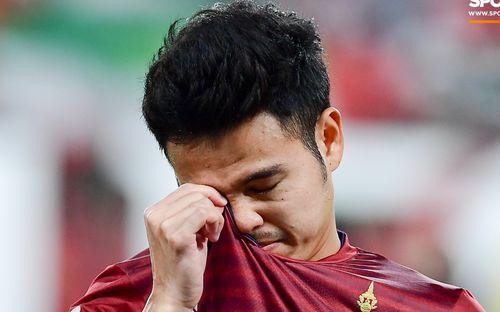 Tuyển thủ Thái Lan khóc trong lễ chào cờ nhưng sự thật khiến ai cũng phải té ngửa
