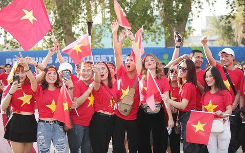 Báo Thái ấn tượng, ngỡ ngàng trước tình cảm nồng ấm của fan Việt Nam dành cho đội tuyển Thái Lan