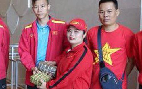 Fan Việt mang đồ ăn đậm chất quê nhà sang UAE tiếp lửa cho tuyển Việt Nam trước trận đấu Yemen