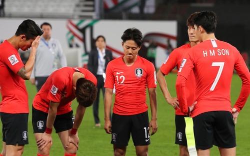 Tuyển thủ Hàn Quốc buồn bã, CĐV suy sụp sau trận thua ở tứ kết Asian Cup