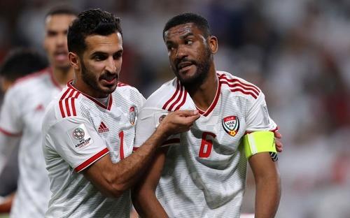 Thủ lĩnh tuyển UAE bất tỉnh nhưng vẫn cố thi đấu, chân đi loạng choạng sau va chạm kinh hoàng