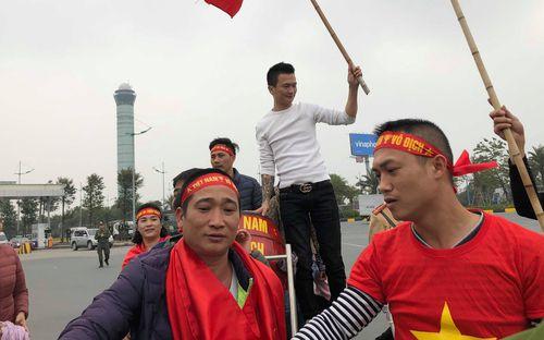 Hàng trăm người hâm mộ tập trung tại sân bay Nội Bài đón đội tuyển Việt Nam trở về