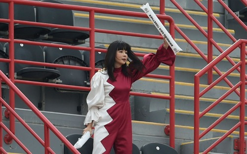 Trai đẹp Bassam Hisham quay được cảnh nữ CĐV chỉ dám lén lút cổ vũ cho tuyển Qatar