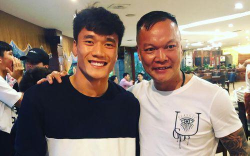 Tiến Dũng tươi tắn bên cạnh thủ môn huyền thoại một thời của bóng đá Việt Nam