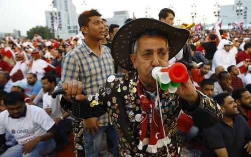 Chuyện kỳ lạ tại Asian Cup 2019: Đến sân cổ vũ bóng đá tại UAE, một fan bị bắt vì mặc áo Qatar