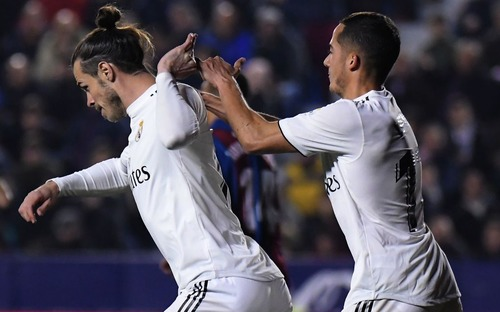Gareth Bale bực tức gạt tay đồng đội, từ chối ăn mừng pha lập công quý như vàng cho Real
