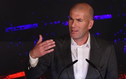 HLV gặt hái danh hiệu giỏi nhất thế giới diện đồ sành điệu trong ngày về nhận nhiệm vụ cứu vớt Real Madrid