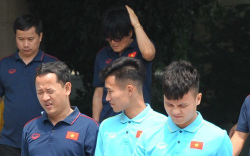 Quang Hải, Đình Trọng nhăn nhó khi đi bộ thể dục lúc 12h trưa