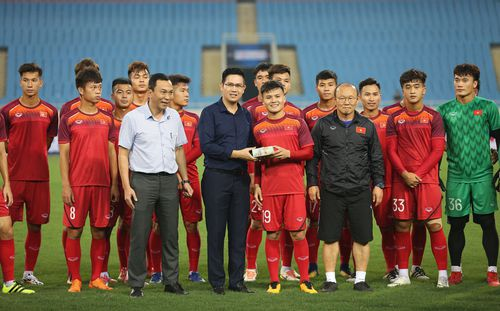 U23 Việt Nam bất ngờ nhận 500 triệu từ bầu Tam ngay trên sân tập