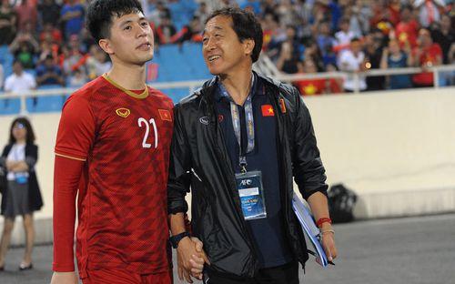 Đình Trọng tay trong tay với trợ lý Lee Young-jin đầy tình cảm