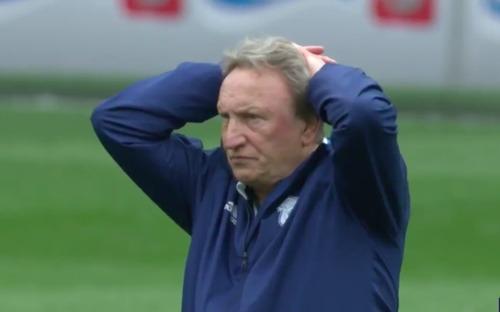 HLV đứng nhìn chằm chằm vào tổ trọng tài sau khi đội bóng của mình bị cướp mất 3 điểm