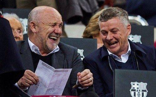 Solskjaer cười sảng khoái khi đi trinh thám Barcelona, fan MU trêu: