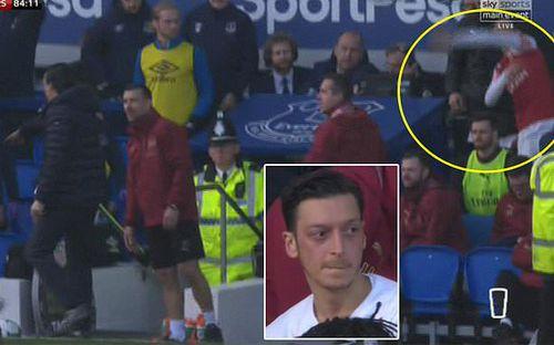 Sao Arsenal thẳng tay ném áo khoác về phía huấn luyện viên đội bạn