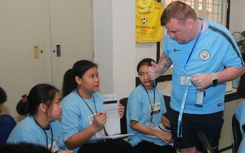 CLB Manchester City mở lớp dạy trẻ em Việt kỹ năng mềm thông qua bóng đá