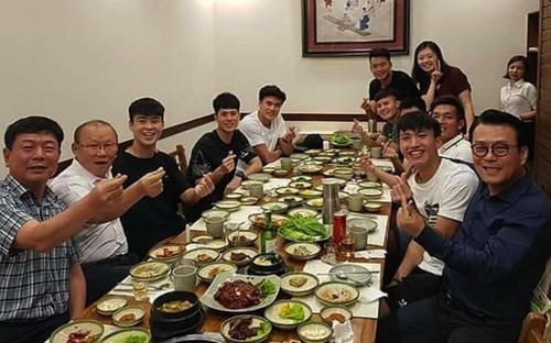 Đình Trọng, Quang Hải thả tym cực đáng yêu khi đi ăn tối cùng HLV Park Hang-seo