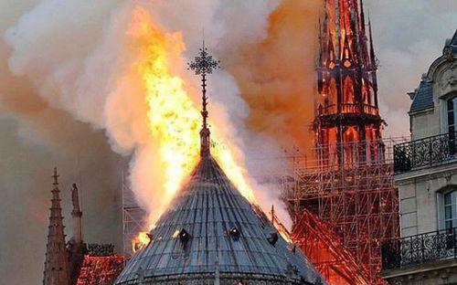 Hàng loạt ngôi sao tên tuổi nuối tiếc vì nhà thờ Đức Bà, biểu tượng của thủ đô Paris bị hỏa hoạn tàn phá
