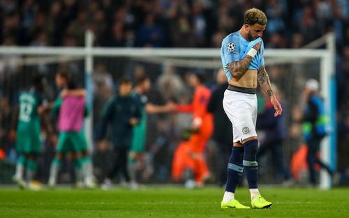 Có VAR xin đừng quẩy sớm: Nhà vô địch nước Anh vỡ òa trong niềm sung sướng trước khi thất vọng tột cùng vì mất bàn thắng quyết định